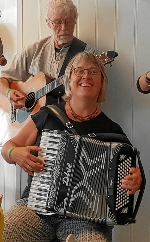 Karin Skovmand på harmonika optræder som aftenens sangleder, mens Kaj Bylling akkompagnerer på guitar. Privatfoto