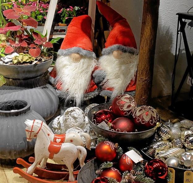 Hos Victoria sidder nisserne og frister til køb af julepynt, blomster og andre gaveartikler. Foto: Niels Helver Niels Helver