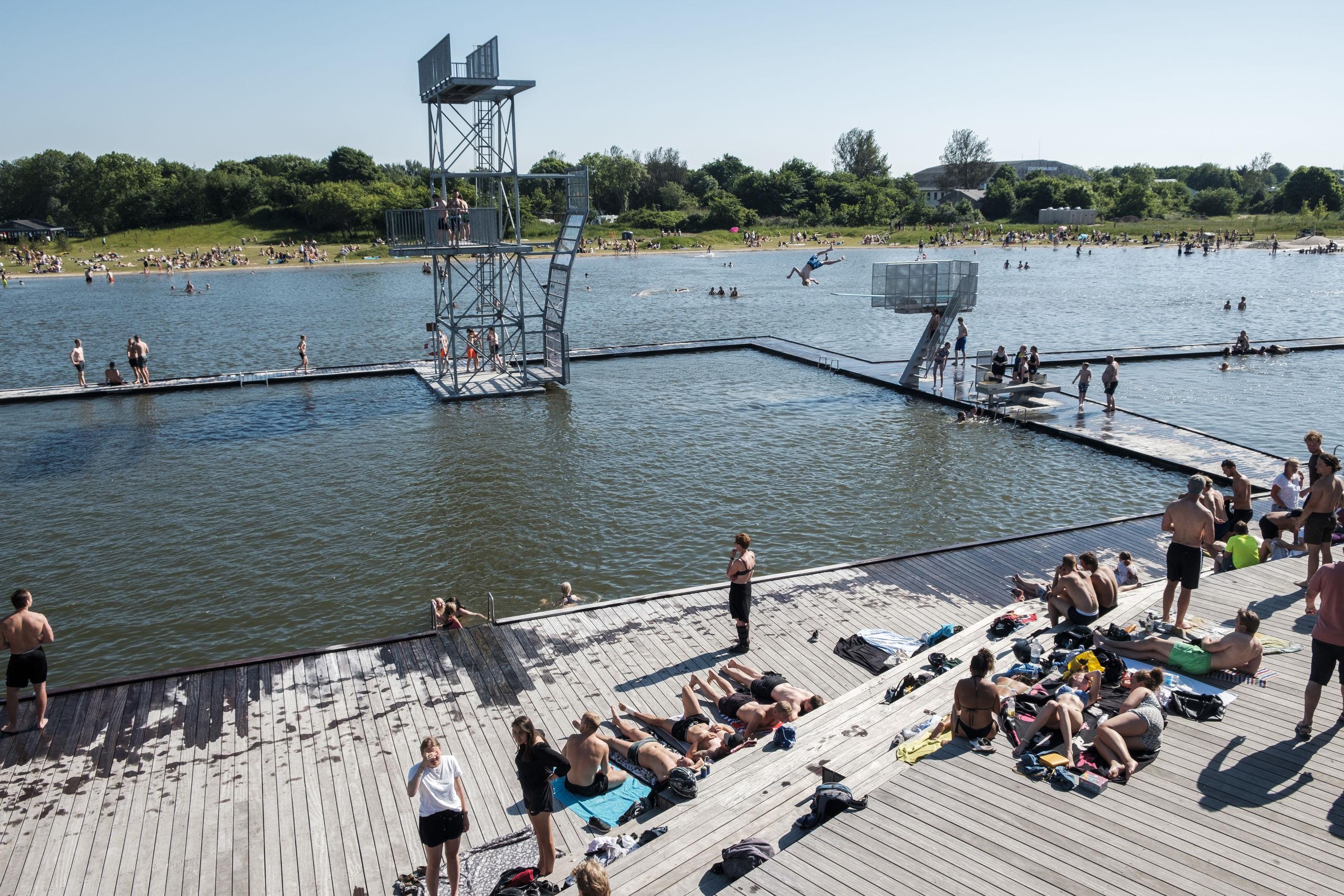 Vand, varme og sol er lokkemidlerne, når publikum i stort tal søger ud til Vestre Fjordpark i Aalborgs vestby for at nyde livet og en tur i det friske fjordvand. Arkivfoto: Lasse Sand