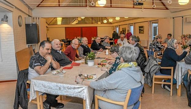 27 af de 32 frivillige var mødt op til fællesspisning og for at koordinere kommende opgaver og for at styrke fællesskabet. Foto: Mogens Lynge Mogens Lynge