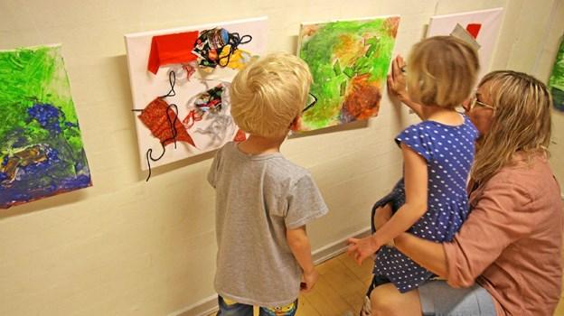 Børnene så ved ferniseringen udstillingen to og to. Her studerer de et af værkerne sammen med pædagog Britt Hundevad. Foto: Jørgen Ingvardsen