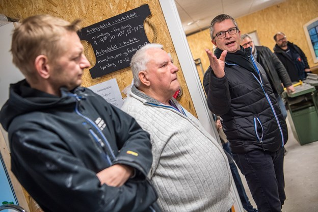 Leder Lars Thidemann (til venstre) roser håndværkerne for deres store indsats og beboerne for deres tålmodighed, når det har larmet fra arbejdet med det nye aktivitetshus. Martin Damgård