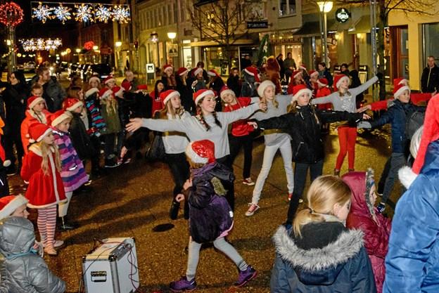 Fredag er der juleparade fra Sct. Olai Plads - Krumme, Julemanden og Art of Dance deltager. Danserne giver to opvisninger. Arkivfoto: Aage Møller-Pedersen Aage Møller-Pedersen