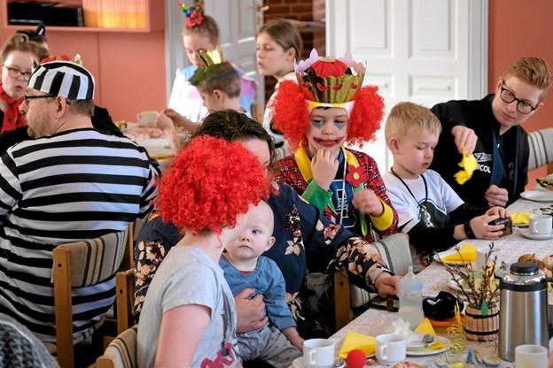 Efter tøndeslagningen var der varm kakao og fastelavnsboller til både børn og voksne. Foto: Niels Helver Niels Helver