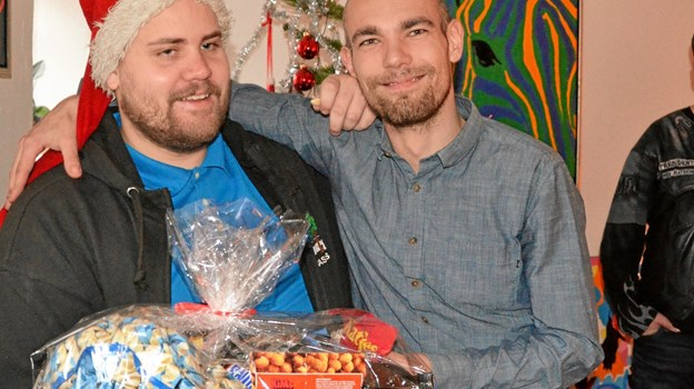 Rasmus med nissehuen og Martin viser stolt Rasmus mandelgave frem.