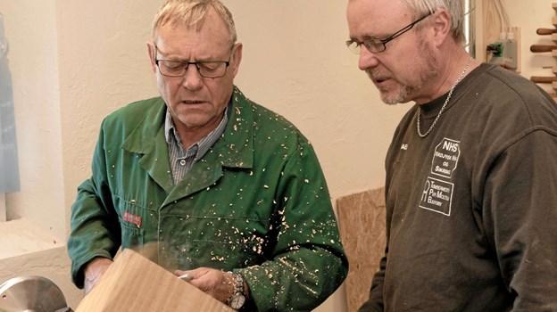 Frank Bredahl Jensen og skoleleder Michael Pedersen taler om, hvordan den igangværende drejning af en skål skal formes. Foto: Niels Helver Niels Helver