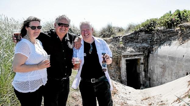 Louise Boalt, Tage Moselund og brygmester Kent Boalth foran en af bunkerne, med 'Skagen Bunker Øl'. Foto: Peter Jørgensen