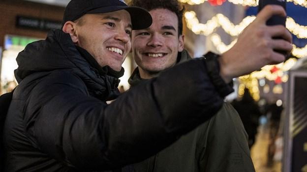 Her tages en selfie med person nummer 55 i Mads Thomsens projekt. Han hedder Gavrilo, og mødet sluttede med en highfive og et kram. Foto: Lasse Sand