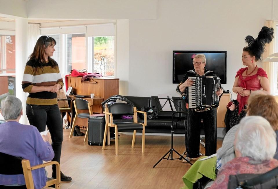 """Ane Møller, leder af Mariebo, byder """"Sidsel fra Kvissel"""" og Gertrud Bjerg velkommen til en times tid med sang og musik, der kan genkalder minder fra tidligere tider. Foto: Niels Helver"""