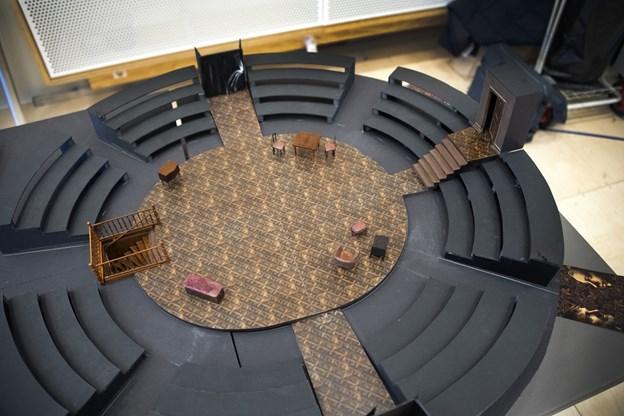 Scenograf Stine Martinsen har lavet en scenografi, hvor publikum sidder i cirkel om skuespillerne. Foto; Kurt Bering
