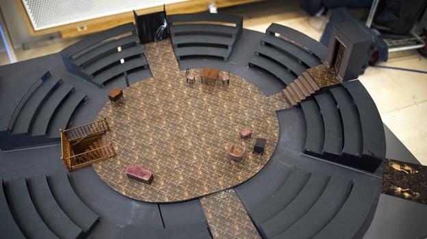 Scenograf Stine Martinsen har lavet en scenografi, hvor publikum sidder i cirkel om skuespillerne. Foto: Kurt Bering