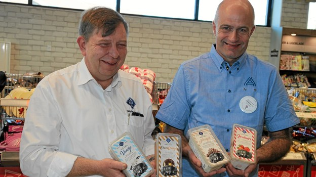 Her er det Niels Henrik Lindhardt fra Aabybro Mejeri og leder af Aldi i Aabybro, Henrik Jensen der viser de forskellige smagsvarianter der kan vælges imellem. Foto: Flemming Dahl Jensen