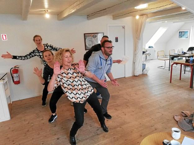 Der øves koreografi under kyndig vejledning af Anna Marie Thusgaard. Privatfoto: Jan Tietze.
