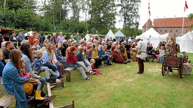 Alle dage var der optræden af gøglere rundt om på pladsen. Alle forestillinger samlede masser af tilskuere. Foto: Jørgen Ingvardsen