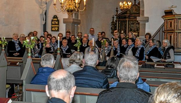 Der var mange mennesker i Aggersborg Kirke onsdag aften til gudstjeneste og gospelkor. Foto: Mogens Lynge Mogens Lynge
