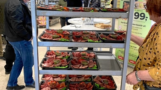 Maden køres ind til bordene. Foto: Jesper Vinther
