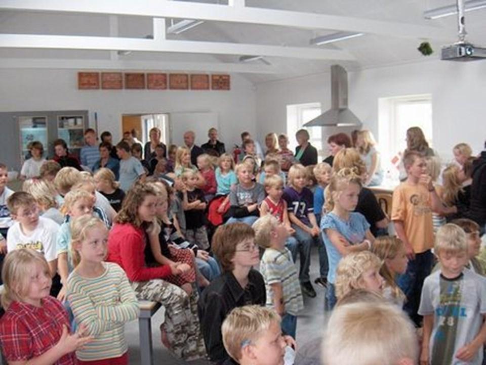 Børn og voksne forsamlet til indvielse i Astrups nye naturfagslokale. Privatfoto