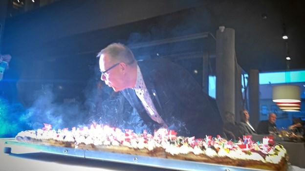 Så skal der pustes - 60 lys i kagen kræver god lungekapacitet. Privatfoto