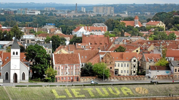 Nemunas' flodbred i Kaunas med en hyldest til det litauiske basketball-landshold. ?Foto: Louise Poulsen Louise Poulsen