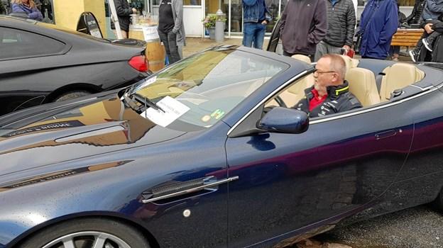 Thorbjørn Risgaard i sin Aston Martin, var én af kørerne, der kørte penge ind til kræftramte børn på Aalborg Sygehus. Foto: Ole Svendsen