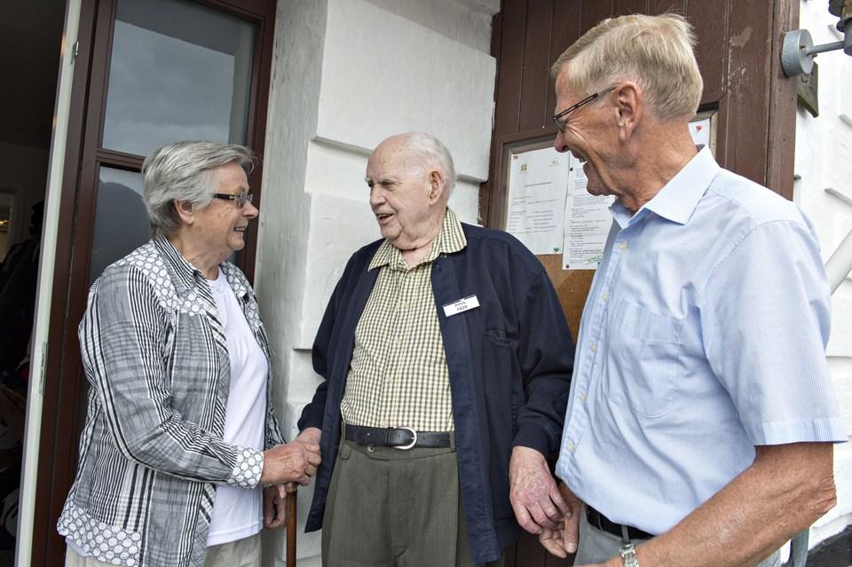 Ruth Kristensen, tidligere lærer på Sterup Skole, fulgt af 94-årige Poul Svendsen, der voksede op på skolen med en far, der var skolens lærer igennem 29 år, og th. Arne Jensen, tidligere elev og initiativtager til festen.
