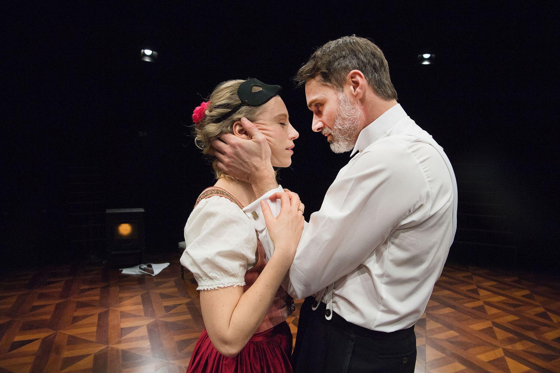 Kan et 140 år gammelt teaterstykke stadig være relevant i dag? I Hjørring er man ikke i tvivl - og præsenterer det i en anderledes udformning