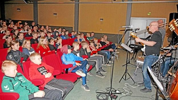 Anført af kulturskoleleder John Fuglsang gav lærerorkestret en koncert, der musikalsk førte eleverne rundt i verden. Foto: Jørgen Ingvardsen Jørgen Ingvardsen