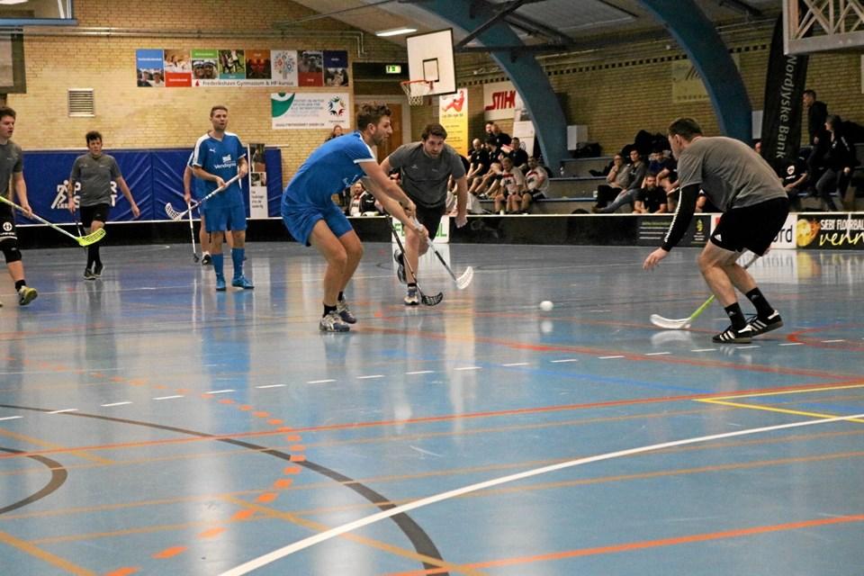 Der blev kæmpet om alle boldene ved lørdagens floorball turnering i Sæby Fritdiscenter. Her der det Maskinfabrikken Skiold der møder Sparekassens Vendsyssels blåklædte medarbejdere. Foto: Tommy Thomsen