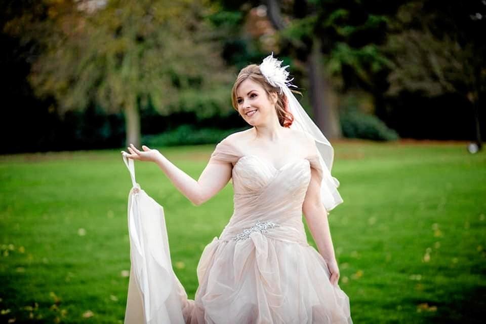 Anne-Dorthe Guldhammer, oprindeligt fra Vildbjerg, blev viet til engelske David Bassett i England i en kjole fra Snedsted. Foto: Angela Geldenhuys Ole Iversen