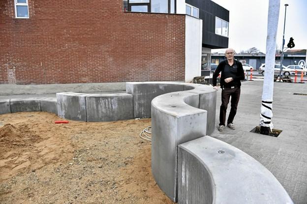 Urmager Peter Toft på nabogrunden til butikken ved de svungne elementer som er designet og produceret af Leth Beton. Foto fra december