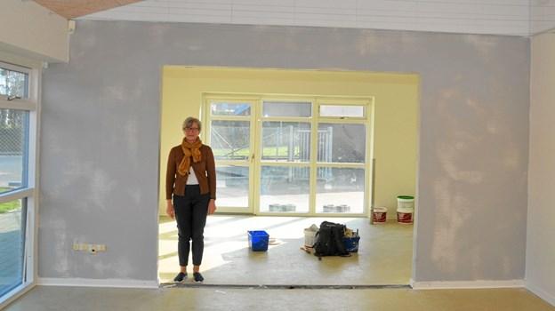 Her kan man få et indtryk af de gode pladsforhold for vuggestuen. Elsebeth Kaasing står i den åbning, som er lavet ind til endnu et rum. Derinde er der (på højre side set herfra) adgang til et mindre rum, så i alt er der tre lokaler til vuggestuen. Foto: Ole Torp Ole Torp