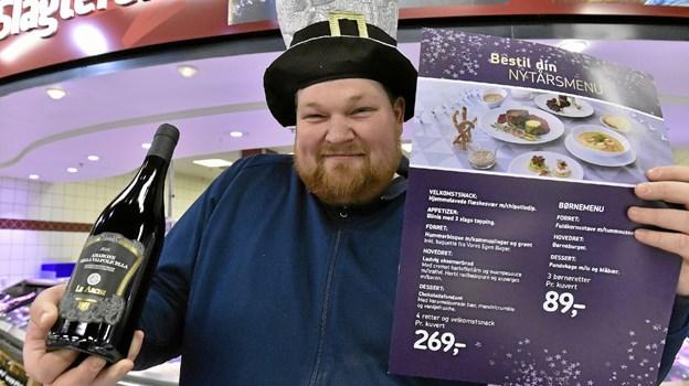 Morten fra slagterafdelingen i Føtex har nytårsmenuen klar: velkomstsnack, Blinis som appetizer, hummersuppe, oksemørbrad med kartoffeltårn og svampesuace med trøffel, chokoladefondant til dessert, tilhørende Asti. Foto: Ole Iversen Ole Iversen