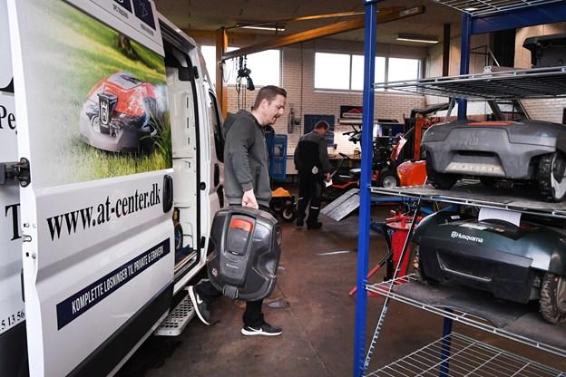 Robotgræsslåmaskinerne bliver serviceret, så de er klar til at klippe løs efter vinterhiet. Foto: Bent Bach. Bent Bach