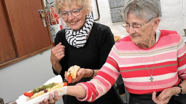 Gurli Christophersen og Kamma Sørensen langede mange pølser over bordet til de sultne gæster i forbindelse med indvielsen af minibyggernes nye værksted. Privatfoto