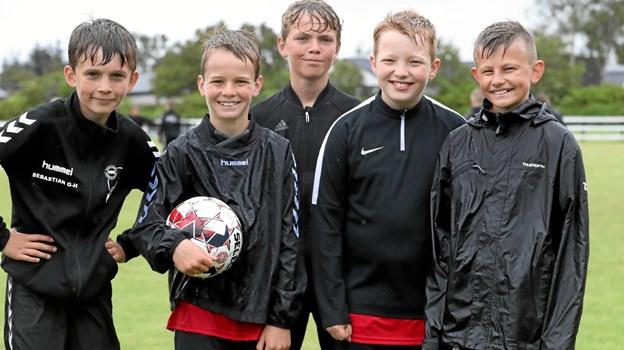 Fem friske fodbolddrenge, der ikke lod sig slå ud af regnen. Fra venstre er det Sebastian, Christian, Sebastian, Nicolai og Christoffer. Foto: Allan Mortensen