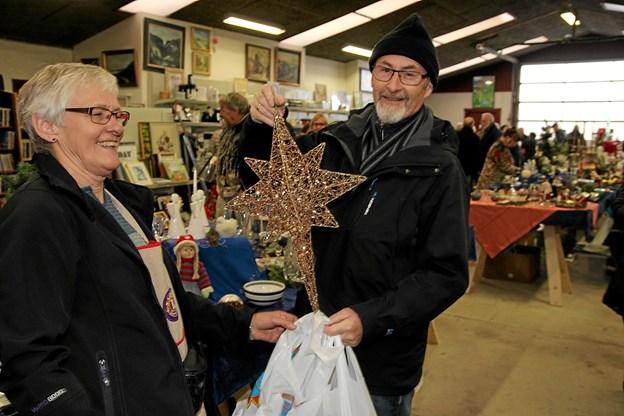 Så er julestjernen sikret. Foto: Flemming Dahl Jensen Flemming Dahl Jensen