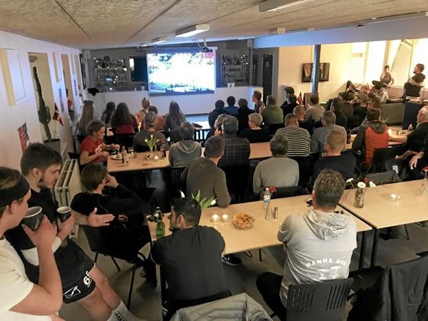60 håndboldfans havde torsdag aften indfundet sig i hallens cafeteria i Hals. Her blev VM-kampen mellem Danmark og Norge vist på storskærm. Privatfoto
