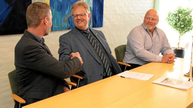 Håndslag på et godt og konstruktivt byggeri. ?Foto: Flemming Dahl Jensen Flemming Dahl Jensen