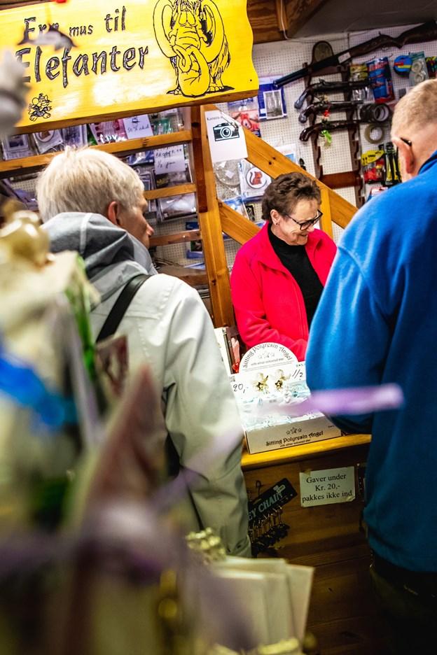 Op til julen er der ekstra travlt i hobbybutikken. @ Diana Holm
