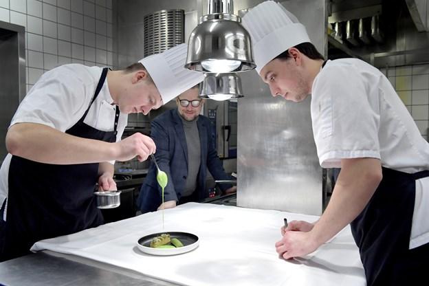 Køkkenchef Lasse Dalsager med den assisterende køkkenchef, Anders Høst.Foto: Bente Poder