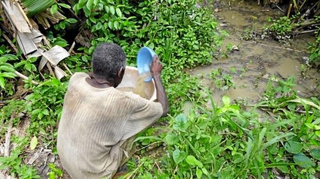 Uden en vandtank må beboerne hente vand i et vandhul. Privatfoto