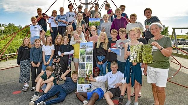 6. klasserne på Roligheds Skolen gjorde det godt i Nationalpark Thys 2019 fotokonkurrence. Til højre organisator og meddommer Jytte Krogh. Foto: Ole Iversen
