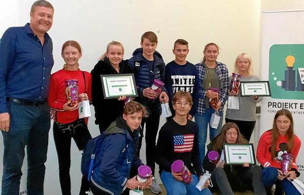 Vinderne på Knivholt flankeret af Anders Brandt fra kommunens Børne- og Ungdomsudvalg_