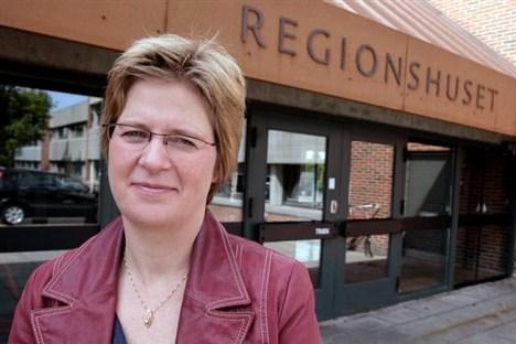 Ulla Astman fortæller, at i Danske Regioners Sundhedsudvalg er der blevet talt, om der skal være hjertestartere i vagtlægebilerne. Arkivfoto