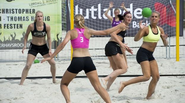 Spillerne går til sagen, og der er som regel tale om intense kampe, når der spilles beach håndbold, og det er alt sammen med til at gøre dysterne særdeles seværdige for tilskuerne. Arkivfoto: Henrik Bo