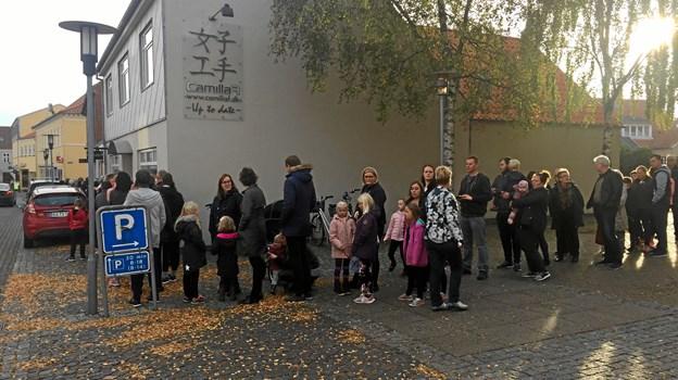 Humøret var højt, mens kunderne ventede ... Foto: Gitte Rørbeck-Løcke.