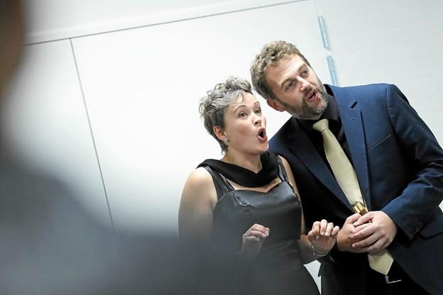 Sangerne Kirsten Stokholm Jørgensen og Thomas Rewes øste ud af diverse klassikere. Foto: Allan Mortensen