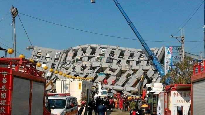 Bygninger er farlige. Ved jordskælvet den 6. februar, 2016 i Taiwan omkom 115 mennesker i en enkelt boligblok som væltede på grund af alvorlige konstruktionsfejl. Alligevel kunne 400 mennesker reddes ud da bygningens stålarmeringer i øvrigt fungerede korrekt og forhindrede det totale kollaps af de enkelte rum i bygningen. Foto: Wikimedia.org
