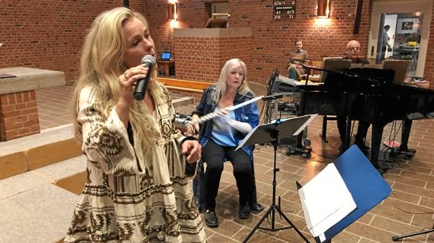 Tina Siel (solist), Tine Lilholt (Harpe og fløjte) og. Knud-Erik Thrane (pianist og trommer) udgør tilsammen Den Unikke Trio. Foto: Carsten Thomasen