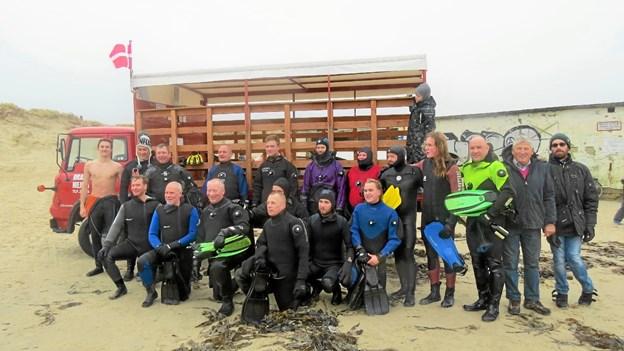 Dykkerne blev kørt til stranden i veteranlastbil fra AC Mejerimaskiner. Foto: Kirsten Olsen Kirsten Olsen